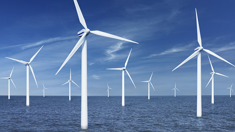 Windpark mit vielen Windrädern auf dem Meer