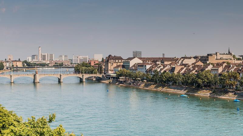 Panoramaaufnahme des Rheins in Basel Stadt