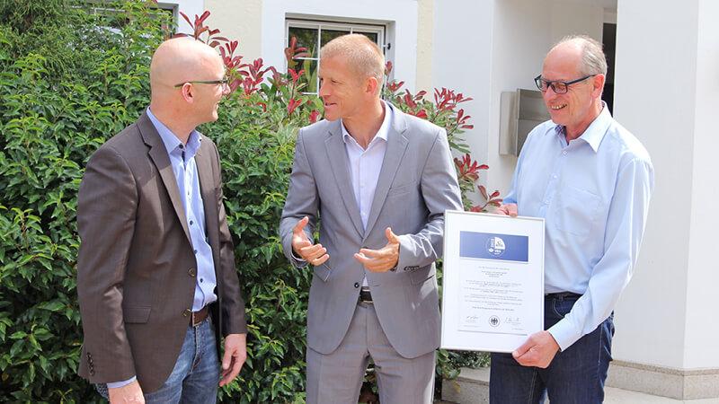 Thorsten Kreuser von der VBG, Klaus Weyer, Geschäftsführer der horst weyer und partner gmbh und Erwin Jörgens, Leiter Arbeitsschutz, bei der Übergabe der Zertifizierung am Dürener Hauptstandort