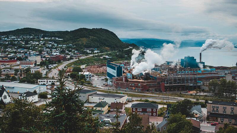 Luftaufnahme einer Industrieanlage die Emissionen ausstößt