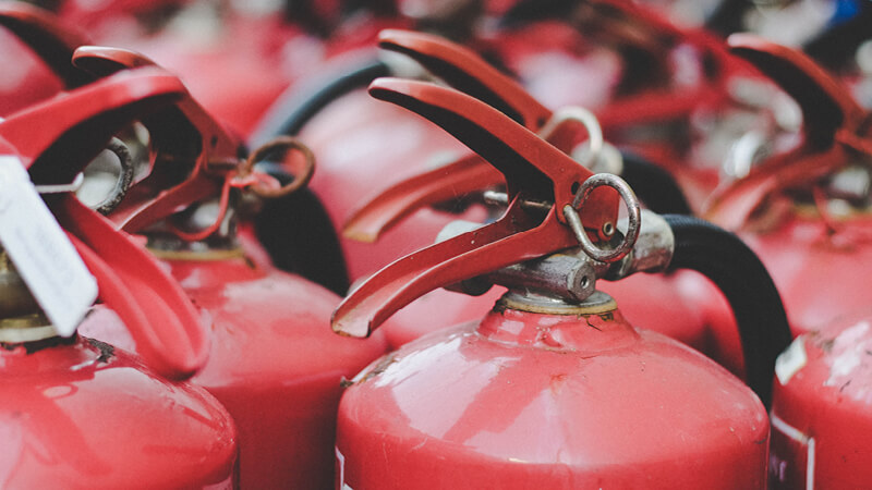 Aufstellung vieler Feuerlöscher