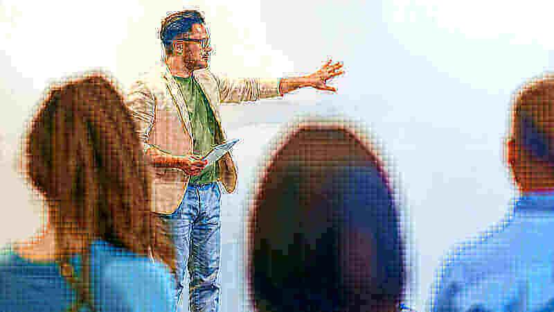Erstellung einer Gefahrenanalyse für einen Anlagenumbau Mann steht vor einer Gruppe und erklärt einen Sachverhalt