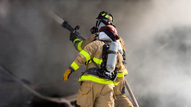 Feuerwehr löscht Brand in Schutzkleidung - Explosionsschutz weyer gruppe