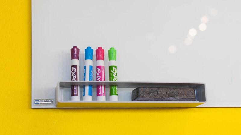 Whiteboard mit bunten Stiften - LOPA- / HAZOP-Schulung der weyer akademie