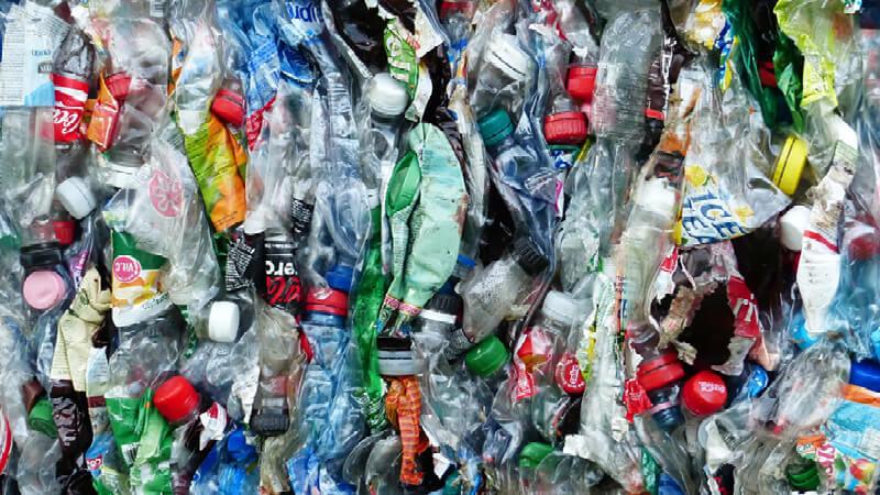 zerquetschte Plastikflaschen, die für ein Müllheizkraftwerk vorbereitet werden