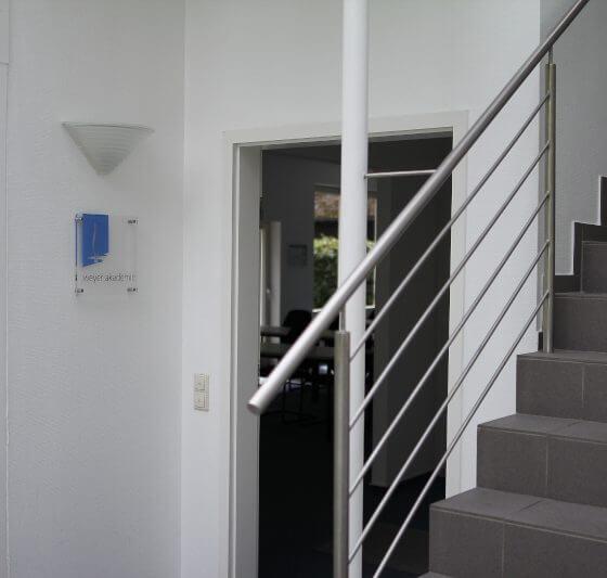 Eingang zum Seminarraum der weyer akademie