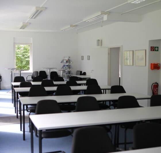 Innenansicht des Seminarraums im Hubertushof Parlamentarische Bestuhlung