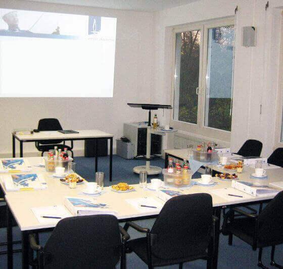 Seminarraum des Hubertushofs in der Innenansicht Tische in U-Form