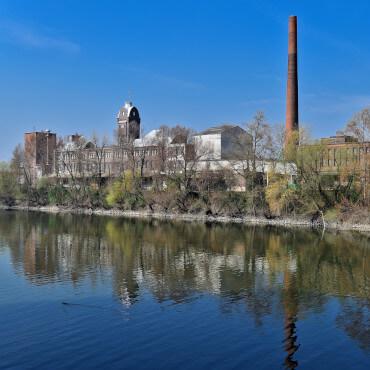 alte Industrieanlage direkt am Wasser gelegen