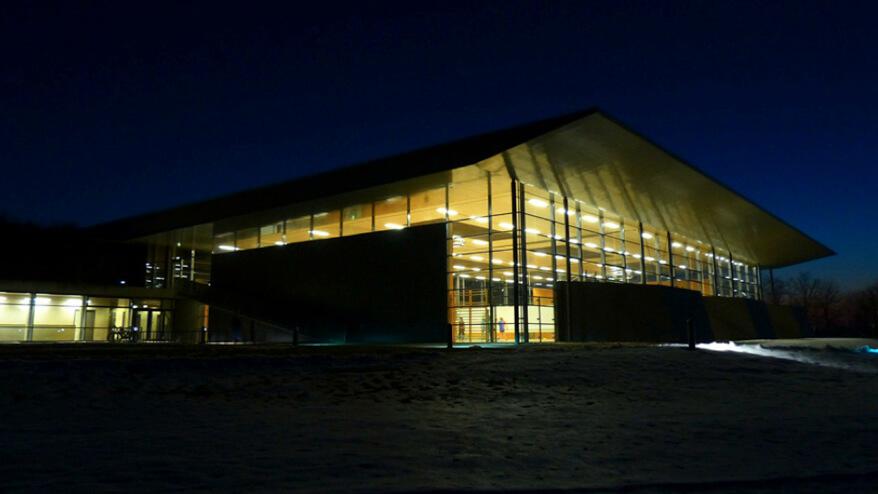 Sporthalle im Dunkeln